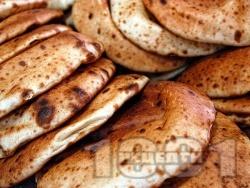 Арабски питки / хлебчета за сандвич с прясна мая на тиган - снимка на рецептата